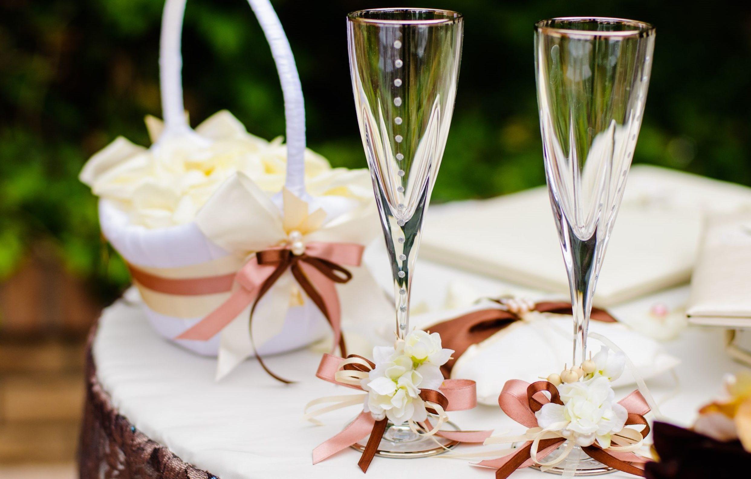 Как оформить свадебные фужеры своими руками