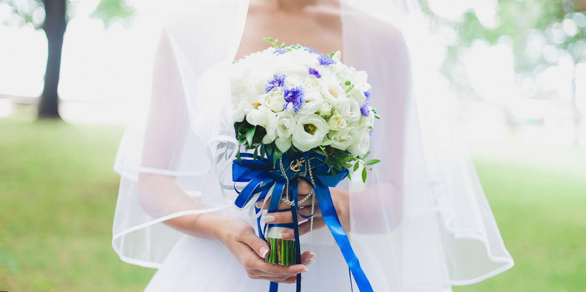 Синие элементы на свадебном платье