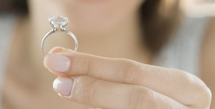 На какой палец одевают кольцо на помолвке